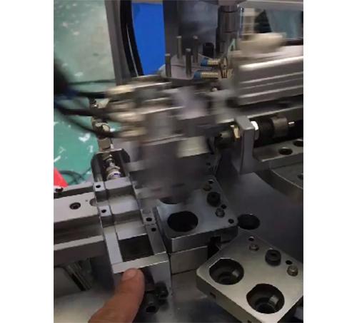 三合一层板托自动组装机1